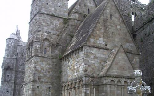 Cormac's Chapel with parts of the cathedral on either side (Public Domain)