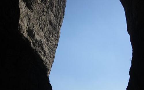 View under the arch.(Public Domain)