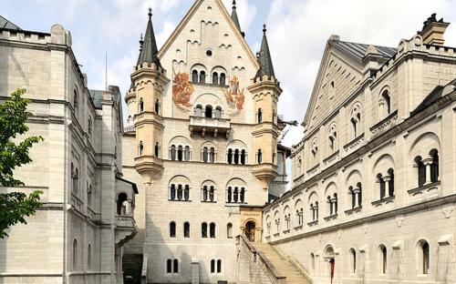 Castle Neuschwanstein, view from location of unrealized chapel along upper courtyard level: Bower (left), Palas front, and Knights' House (right) (FAL 1.3)