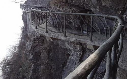 The cliff path that encircles the mountain top.(CC BY-SA 3.0)