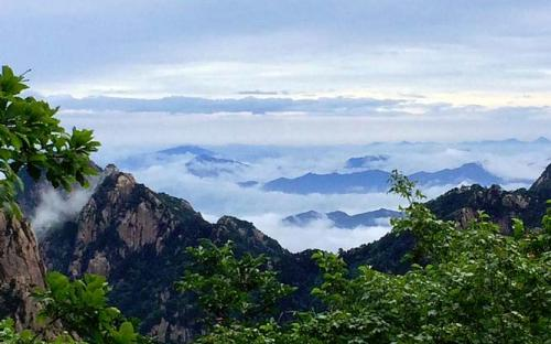 Sea of clouds viewed from top of Huangshan (CC BY-SA 4.0)
