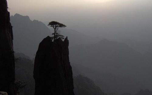 Huangshan at dusk, near Guangming Summit (CC BY 3.0)