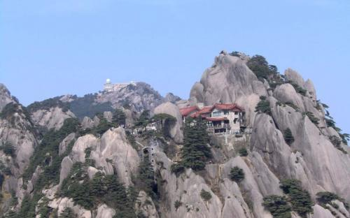 Hotels for tourists atop peaks of Huangshan (CC BY 3.0)