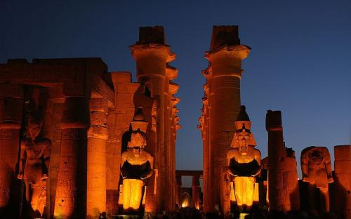 Central corridor and four colossi by night. (Public Domain)