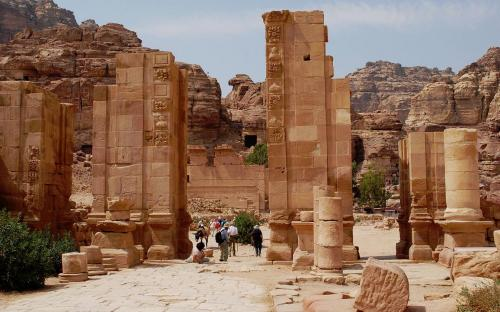 The Hadrian Gate and the Cardo Maximus in Petra (CC BY-SA 3.0)