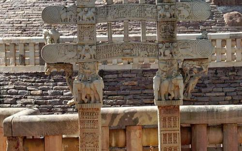 Visitors at sanchi stupa (CC BY-SA 3.0)
