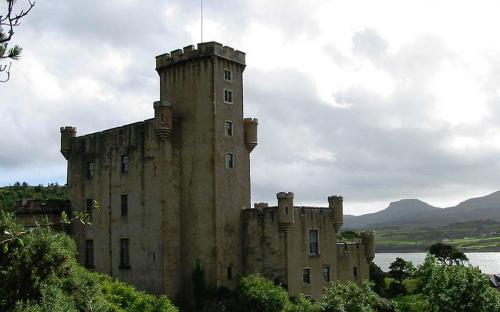 Dunvegan Castle, looking towards MacLeod's Tables (CC BY-SA 3.0)