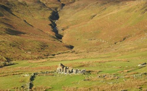 """Ruins in the cleared landscape of Tusdale, once so populous it was nicknamed """"the capital of Skye"""" (CC BY-SA 2.0)"""