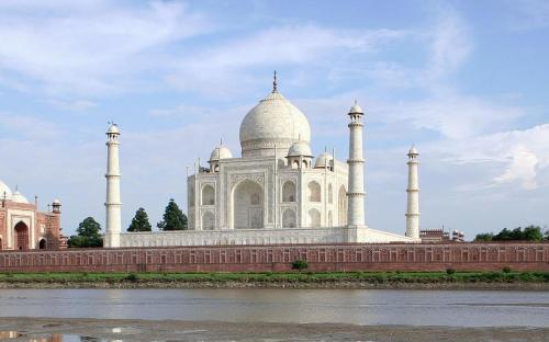 Taj Mahal and outlying buildings as seen from across the Yamuna River (northern view)(Public Domain)