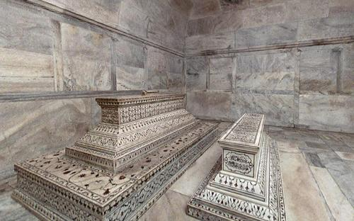The actual tombs of Mumtaz Mahal and Shah Jahan in the lower level. (CC BY-SA 3.0)