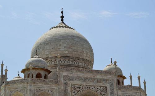 Main marble dome, smaller domes, and decorative spires that extend from the edges of the base walls. (CC BY-SA 3.0)