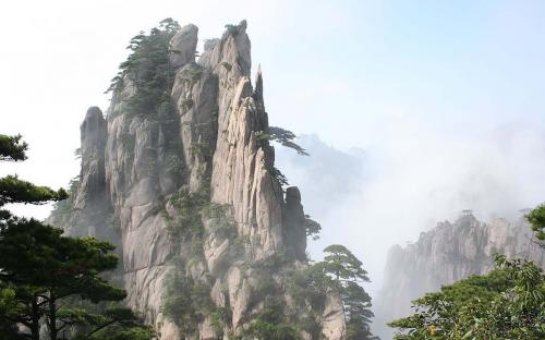 Huangshan with trees and clouds (CC BY-SA 3.0)