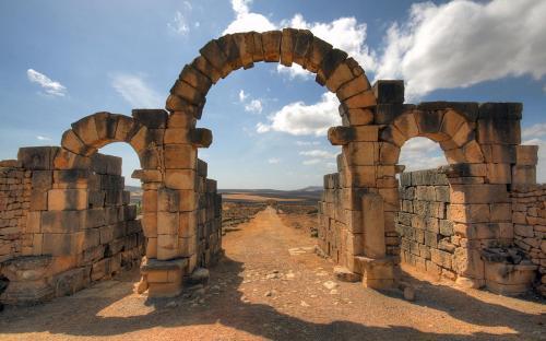 The Tingis Gate, looking back down the Decumanus Maximus (GFDL)