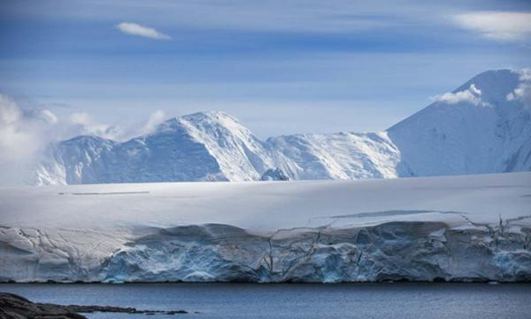 Coast of Antarctica with centuries-old thicknesses off glaciers (sichkarenko_com / Adobe Stock)