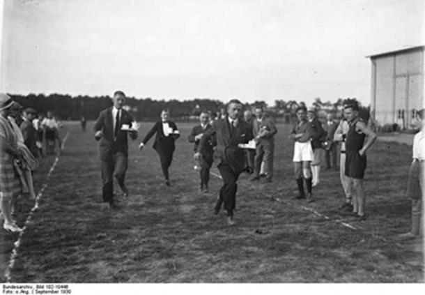 100-meter German waiters race, September 1930. (Bundesarchiv, Bild 102-10446/CC BY-SA 3.0 de)