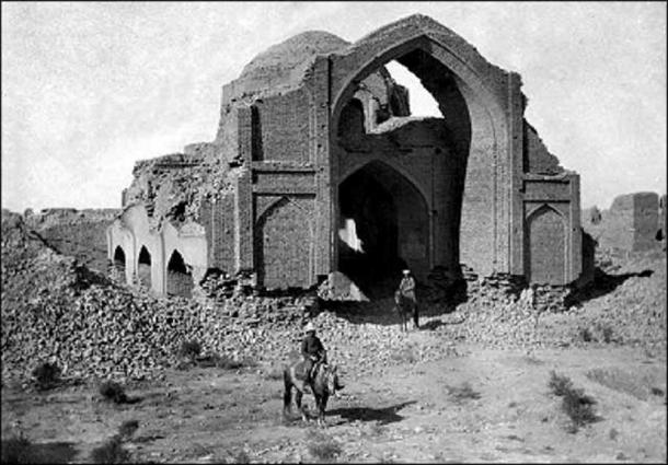 1913 image of a mosque in Merv.