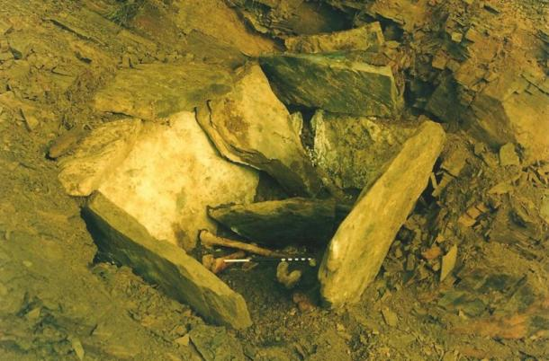 One of the photos of the 1987 excavations.