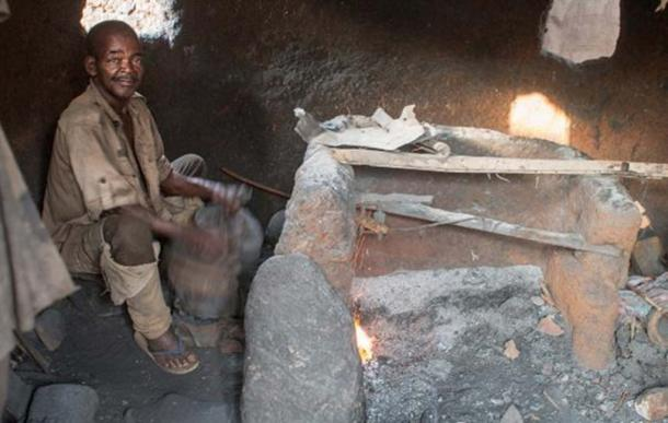 A blacksmith of Kabye, Koutammakou. (Brink, C / CC BY 2.0)