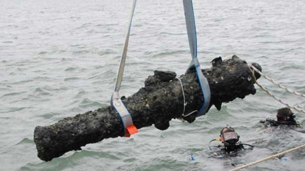 A cannon being retrieved from the Queen Anne's Revenge site (qaronline)