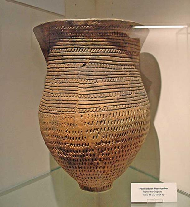 A corded ware vessel from the late Neolithic, with its characteristic cord-like decorations (CC by SA 3.0)