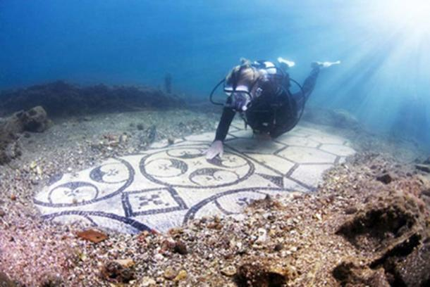 A diver explores the Baiae Underwater Archaeological Site. (Antonio Busiello )