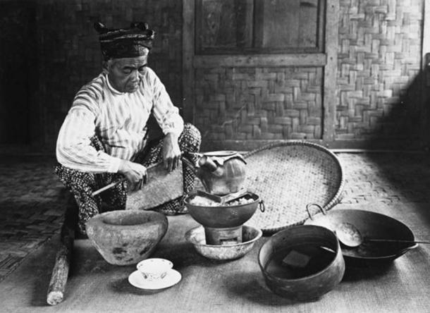 A dukun (Malay shaman) preparing traditional medicine (Dutch colonial period, 1910-1940). (Tropenmuseum/CC BY SA 3.0)