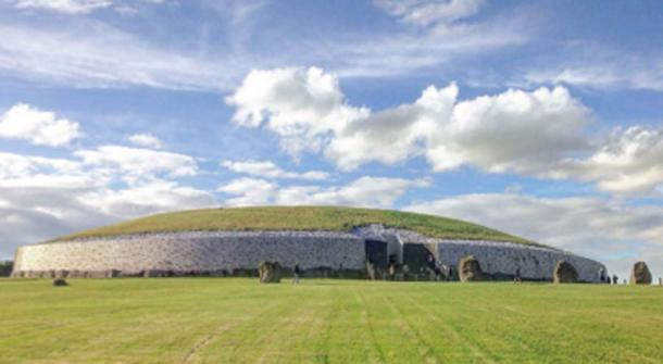 A front view of the Newgrange Neolithic monument taken from outside the grounds. (Tjp finn / CC BY-SA 4.0)