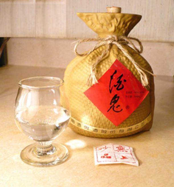 A glass and bottle of Jiugui brand White Spirit Baijiu. (Badagnani / CC BY-SA 3.0)