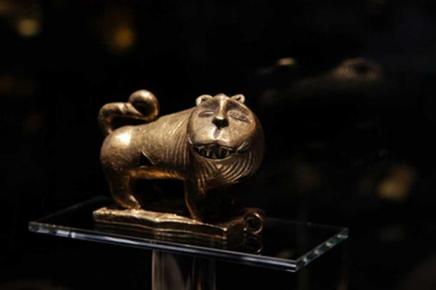 A golden feline from the AngloGold Ashanti Barbier-Mueller Gold of Africa collection. The leopard can represent ingratitude or falseness. (©Javett-UP Collection)