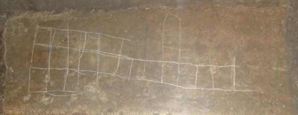 A graffito of the Royal Game of Ur on a colossus statue from the 8th century BC. (Jack 1956 / CC BY-SA 3.0)