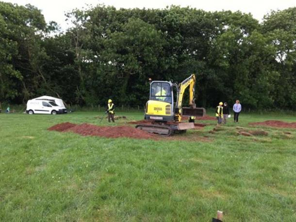 A mini digger excavating the field where the Celtic chariot burial was discovered. (Mike Smith)