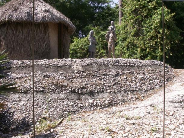 A reconstruction of a Calusa chickee and terraces, on display at the Florida Museum of Natural History. (Public Domain)