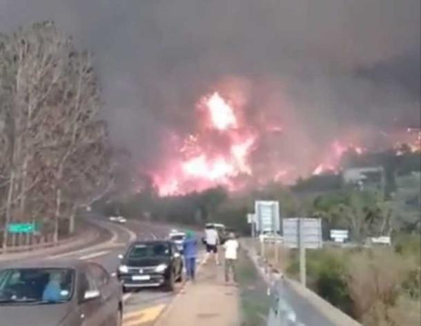 A screen shot of video footage taken of the Knysna fire looking towards the Phantom Pass on the 7th June 2017. (CC BY-SA 3.0)
