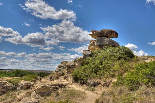 A stunning hoodoo on a summer day at Writing-On-Stone Provincial Park (CC BY-SA 4.0)