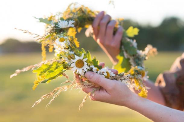 A summer flower wreath. (elinque /Adobe Stock)