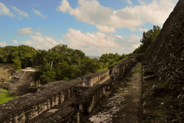 A walkway along the temple at Xunantunich (Zhu / CC BY-NC 2.0)