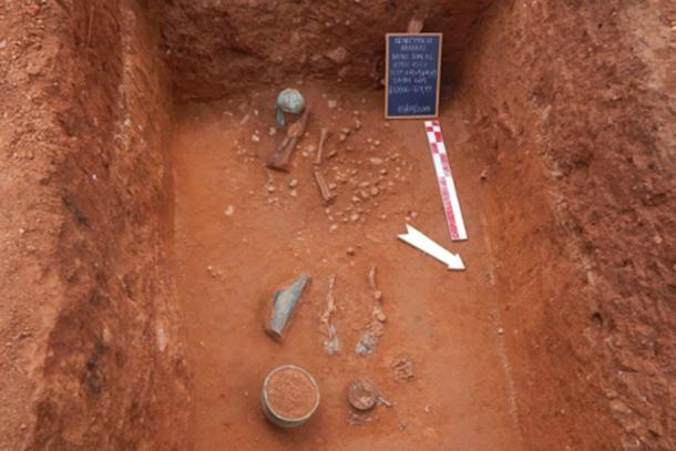 A warrior's grave with Bronze helmet and other grave goods. (Greek Ministry of Culture)