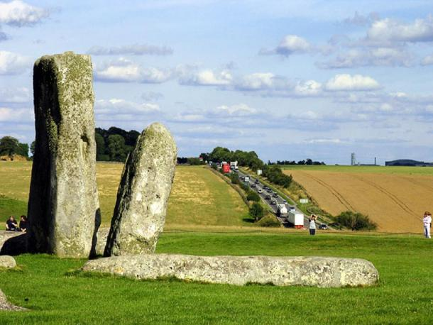 A303 queues at Stonehenge. This view looks more or less southwest towards the road. (Pam Brophy / CC BY-SA 2.0)