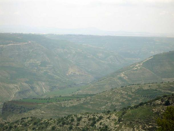 Across the ravines lies the battlefield of Yarmouk, this picture taken about 8 miles away from Jordan.   (Mohammad adil  / CC BY-SA 3.0)