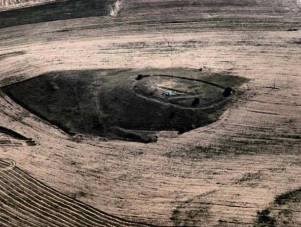 Aerial photograph of the hill and geoglyph in Kanda