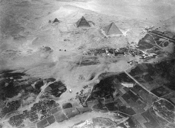 Aerial photograph of the pyramids of Giza taken from Eduard Spelterini's balloon on 21 November 1904. (Public Domain)