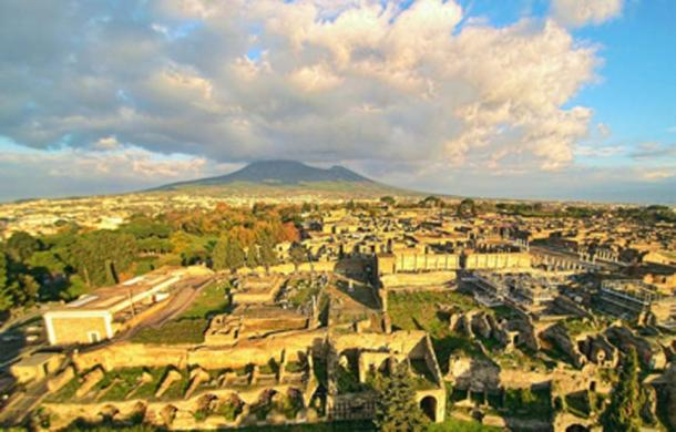 Aerial view of Pompeii with Vesuvius in the background. (ElfQrin / CC BY-SA 4.0)