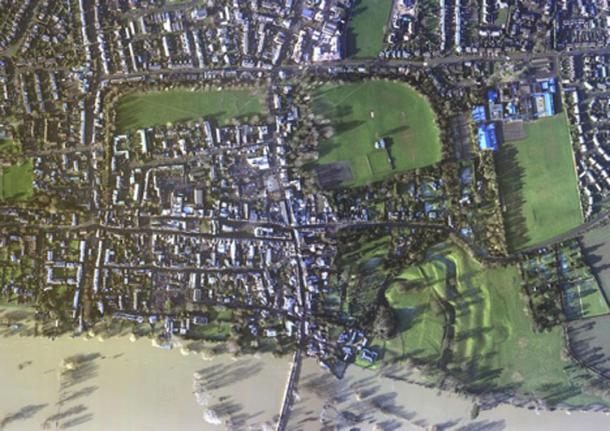 Aerial view of the Burghal Hidage site of Wallingford with the Thames in partial flood. Outline of the Saxon ramparts and 'Alfredian' street plan is clear. Image courtesy of the Environmental Agency, Author provided.