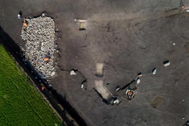 Aerial view of the cairn burial and monolithic alignment. (Denis Gliksman, INRAP)