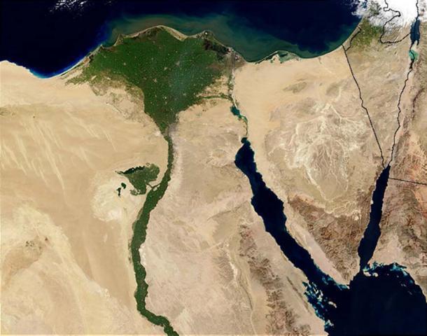 Against the barren desert of northeastern Africa, the fertile valley of the Nile River runs northward through Egypt. (Jacques Descloitres / Public Domain)
