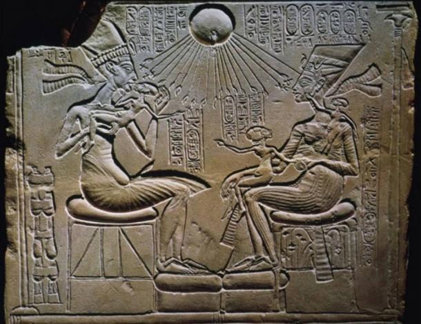Akenatón, Nefertiti, y sus hijos bendecidos por Atón (el disco solar), del siglo 18.  Alivio de Ajenatón (Tell el-Amarna).