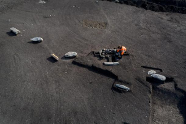 Alignment of monoliths next to a burial during excavation (Denis Gliksman, INRAP)