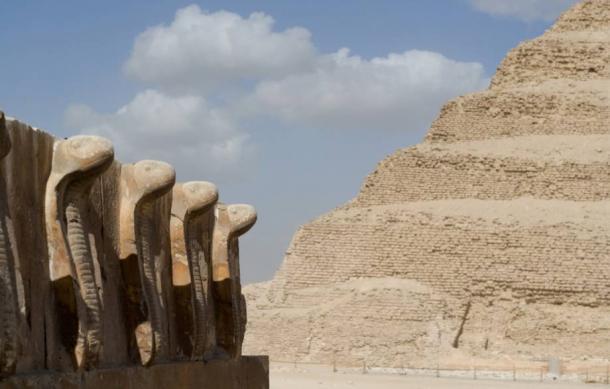Alley of cobras in front of Saqqara step pyramid - La magnifica pirámide escalonada de Zoser en Saqqara