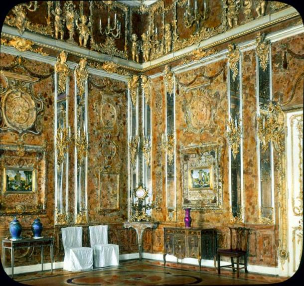 Hand-colored photograph of the original Amber Room, 1931.
