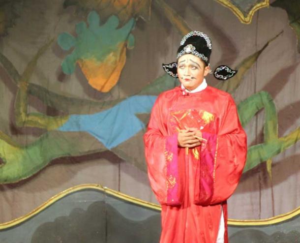 An actor portrays Zhang Lang/Zao Jun, the Kitchen God.